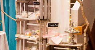 Candybar Vintage: Rustikale Weinkisten mit Birkenstämmen und Candygläsern