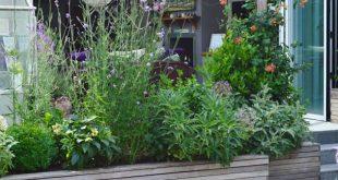 Lange Hochbeete als Abgrenzung und Sichtschutz vor der Terrasse