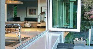 Mit diesen Akkordion-Glasfenstern und -türen lässt du die Außenwelt herein.