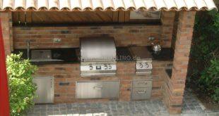 Überdachte Outdoorküche im Garten aus Stein mit Fire Magic Gasgrill, Seitenbre...